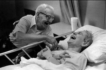 Pareja sonriendo en un hospital.