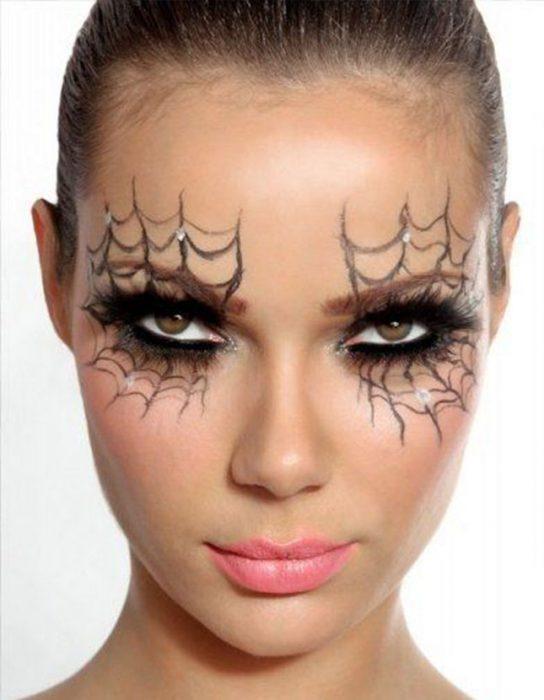 Mujer con una telaraña en sus ojos.