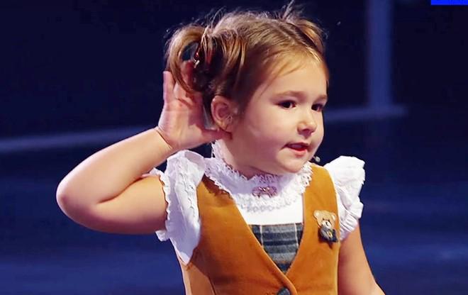La pequeña Bella en el programa de televisión.