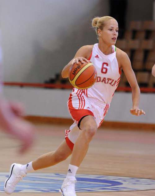 Mujer jugando baloncesto.