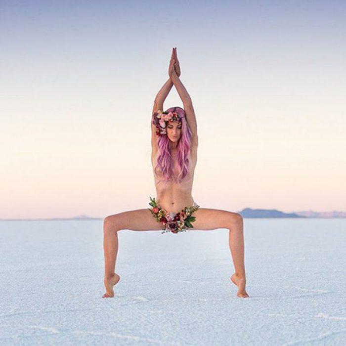 mujer semi desnuda hace yoga en el desierto
