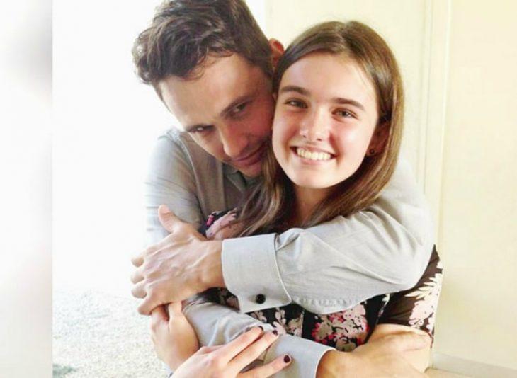 hombre abrazando a chica rubia