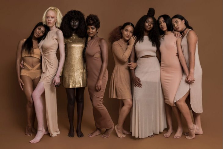 grupo de mujeres modelos vestidas de rosa y dorado
