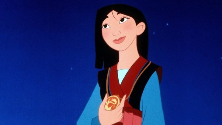 mujer con medalla sonriendo