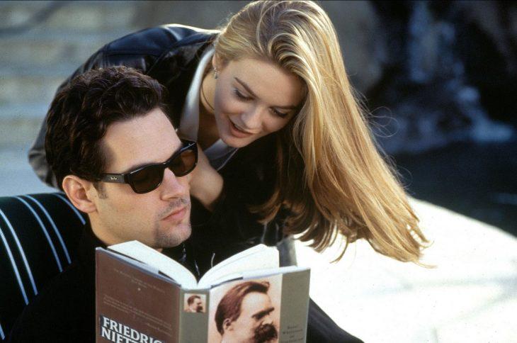 hombre leyendo y chica de trás