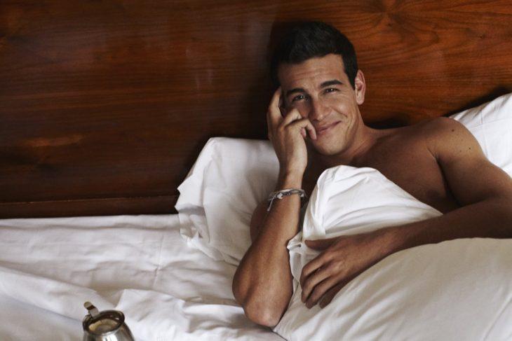 Mario Casas en la cama.