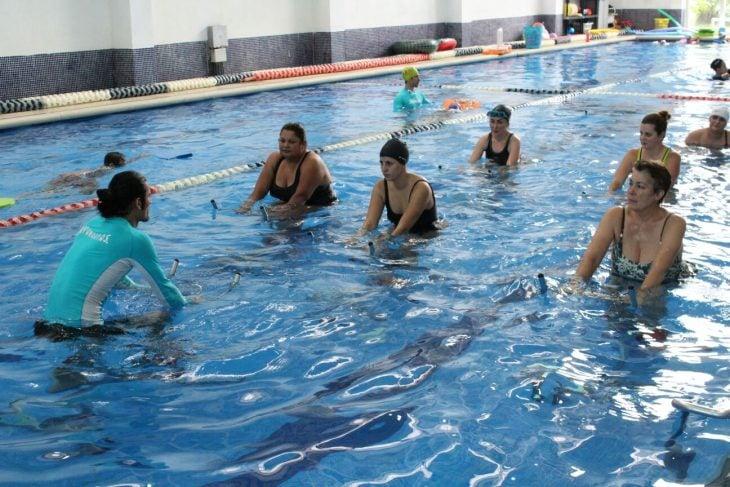 Mujeres realizando aeróbicos en el agua.