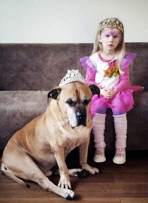Lynn junto a su perro Jaden, vestidos de princesas.