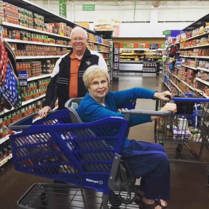 Señora mayor en el carrito diseñado por Drew Ann.