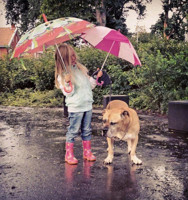 Lynn y Jaden dando un paseo bajo la lluvia.
