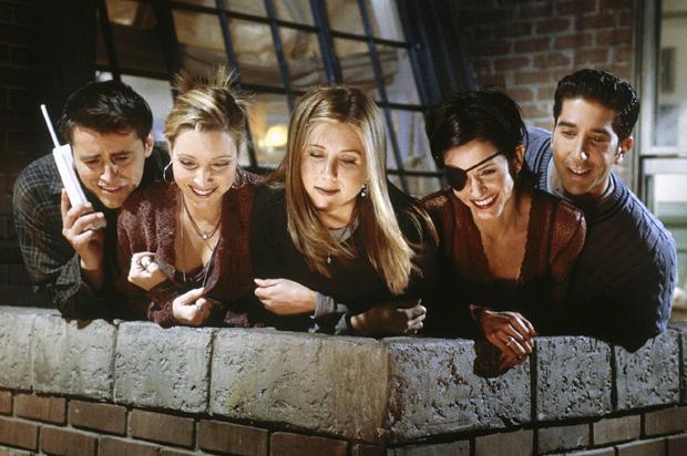 Actores de la serie Friends asomándose por la azotea.
