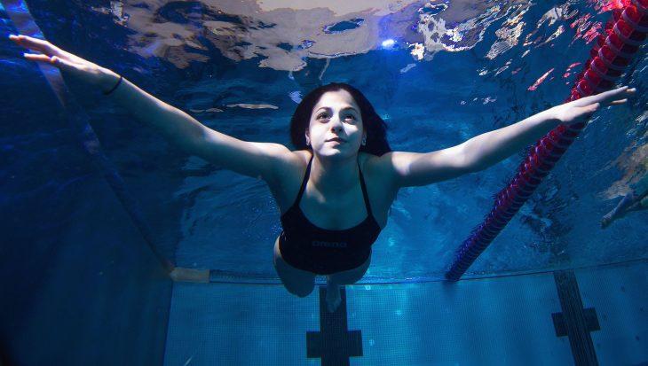 mujer nadando en alberca