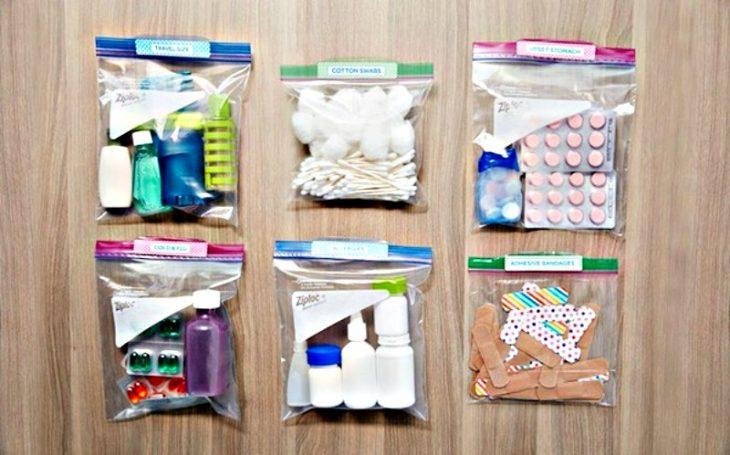 bolsas con medicinas en la mesa