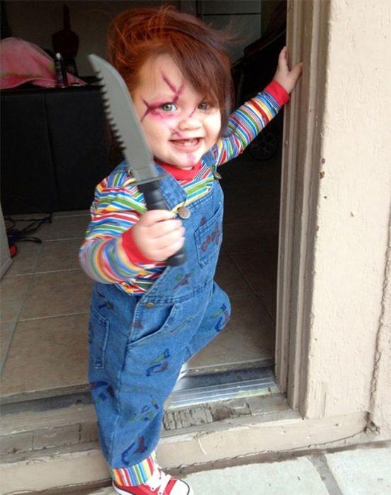 Niño disfrazado de Chucky.