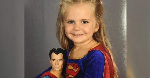 Niña de 3 años elige traje de Superman para salir en su foto escolar
