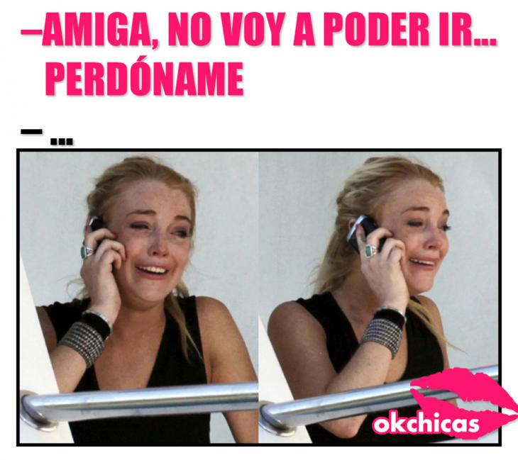 Chica hablando por teléfono y llorando.