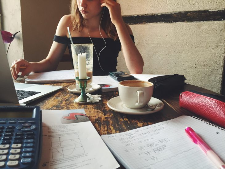 mujer sentada estudiando