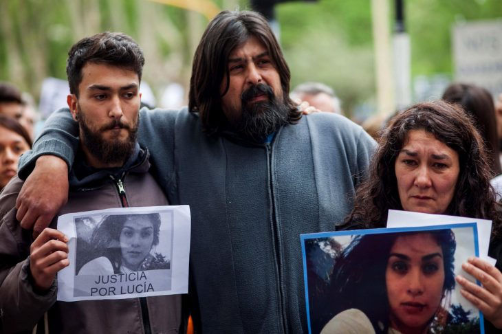 familia en protesta con imagenes de chica asesinada