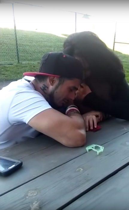 Papá abrazando a su hijo que llora la muerte de su madre