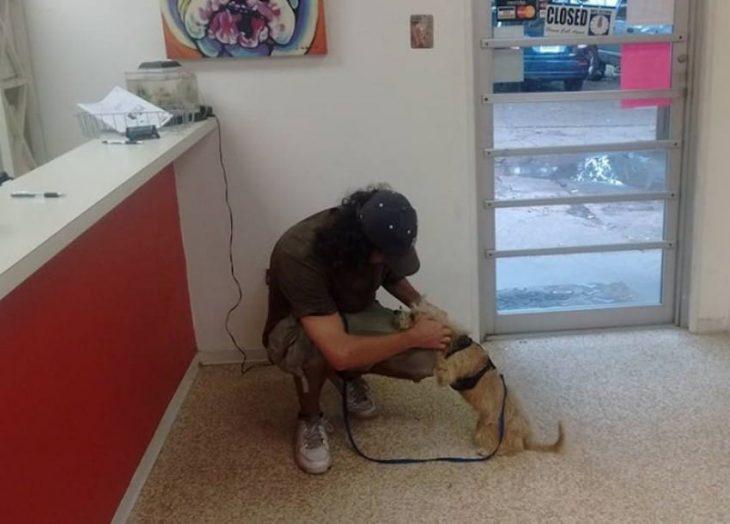 hombre en el suelo con perro