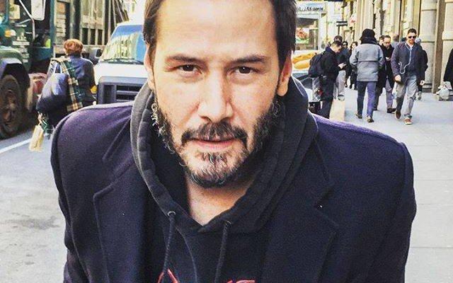 Keanu Reeves mirando fijamente.