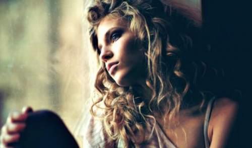 Chica mirando a la ventana.