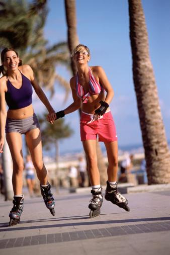 Chicas paseando en patines.