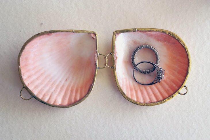 conchas de mar con anillos de compromiso adentro