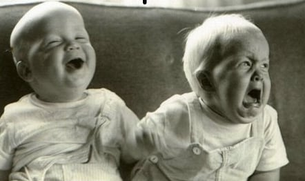 Foto de un niño llorando y un niño riendo.