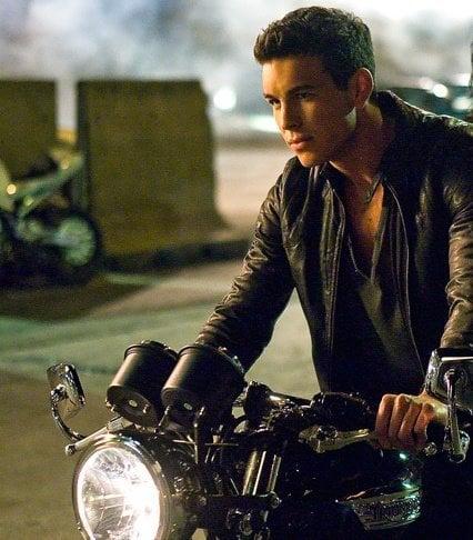 Mario Casas en motocicleta.