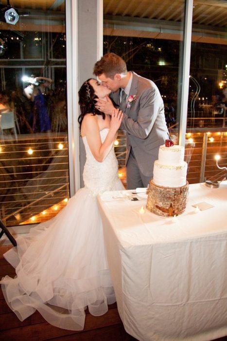 Los novios besándose el día de la boda.