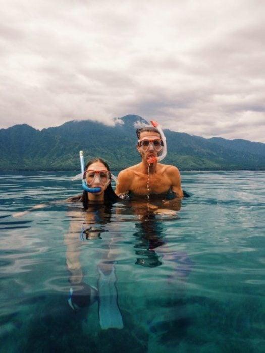 Pareja haciendo snorkel.