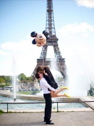 Beso frente a la torre Ifel.