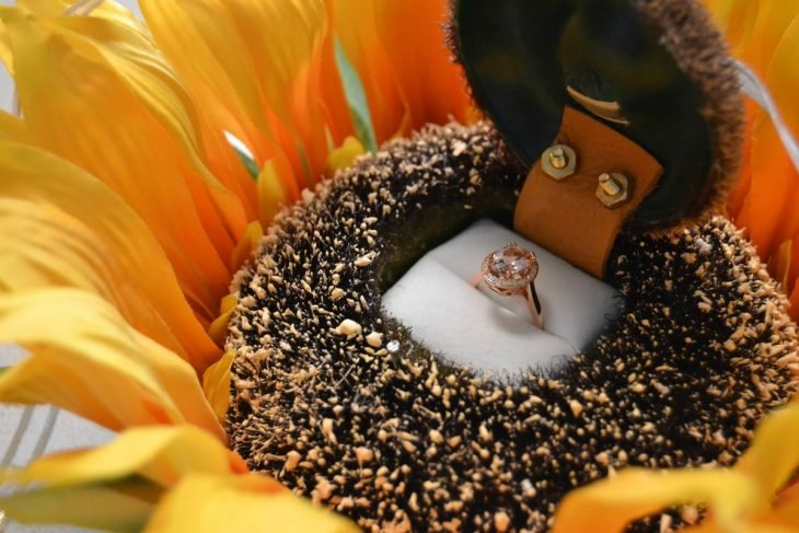 Anillo de compromiso dentro de flor de girasol