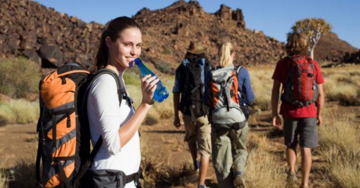 Mujeres practicando senderismo.