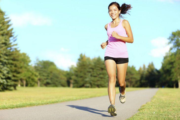 Chica corriendo.