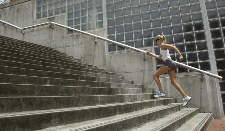 Chica subiendo las escaleras.