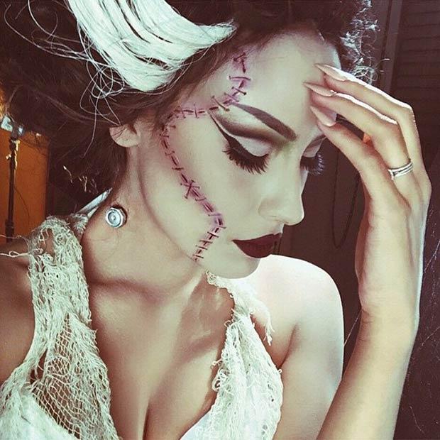 Mujer disfrazada de la novia de Frankestein.