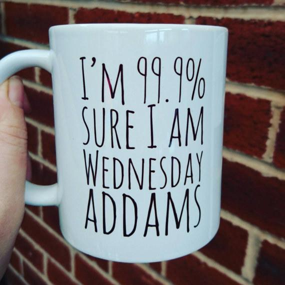 """Taza con el mensaje """"estoy segura que soy 99.9 por ciento Wednesday Addams""""."""