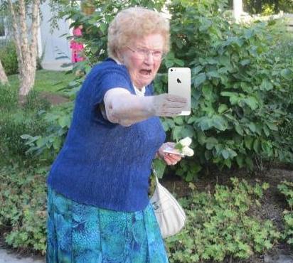 Señora asustada mientras mira su teléfono.
