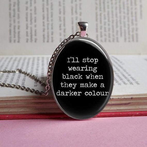 Collar con una frase de Merlina.