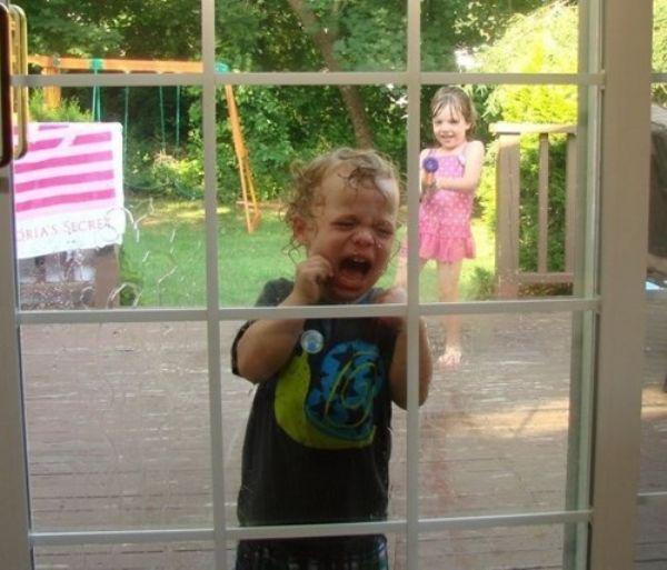 Fto de niño llorando y la niña lanzando agua.