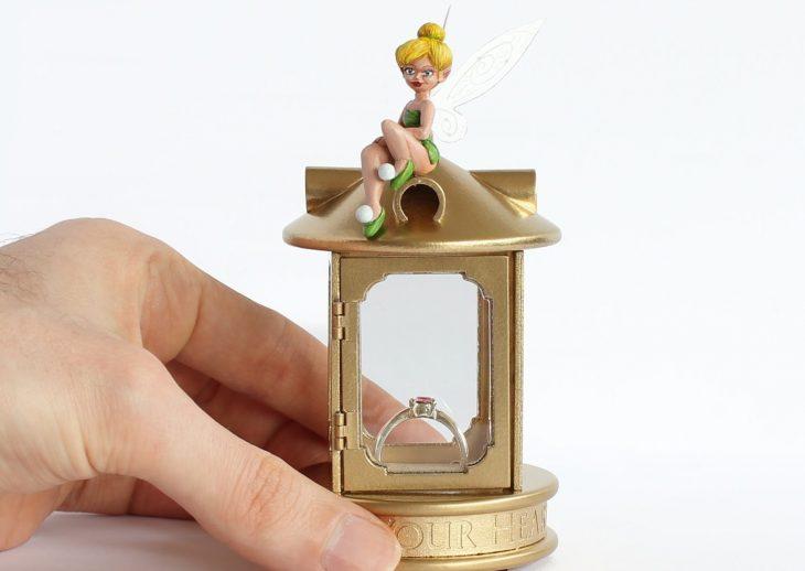 caja de campanita con anillo de compromiso