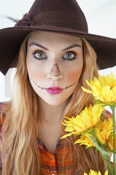 Mujer disfrazada de espantapájaros.