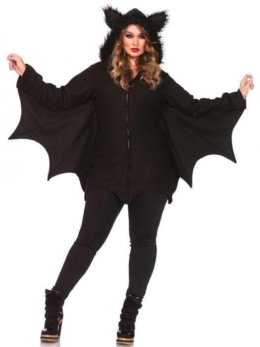 mujer con vestido de murcielago negro