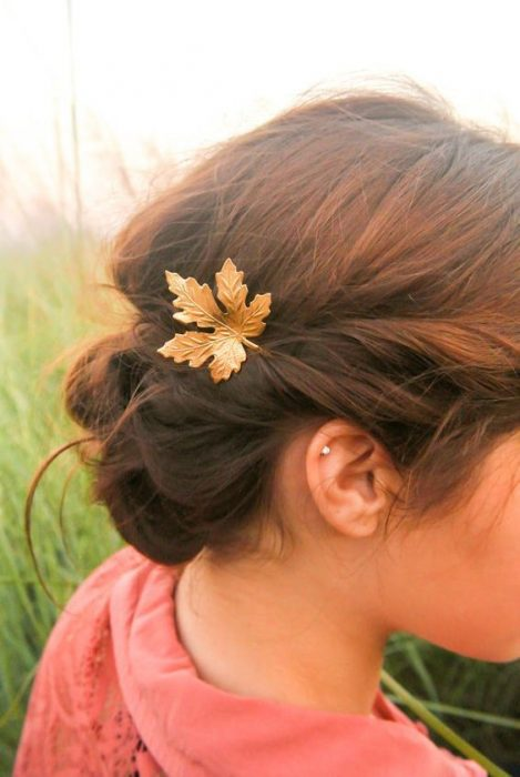 Peinado recogido con una flor de otoño de adorno.