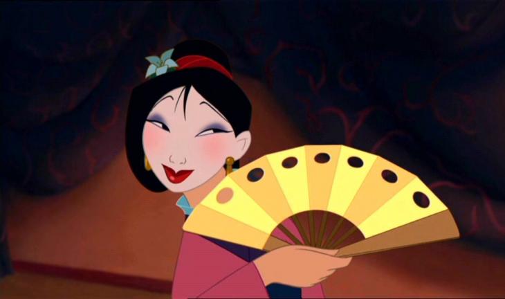 mujer maquillada con abanico de caricatura