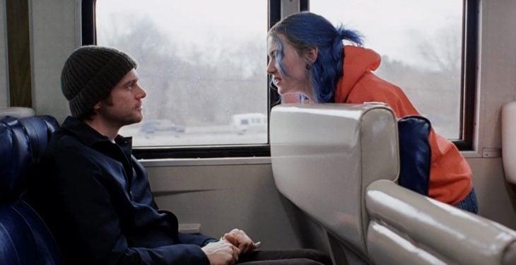 hombre hablando con mujer en el tren