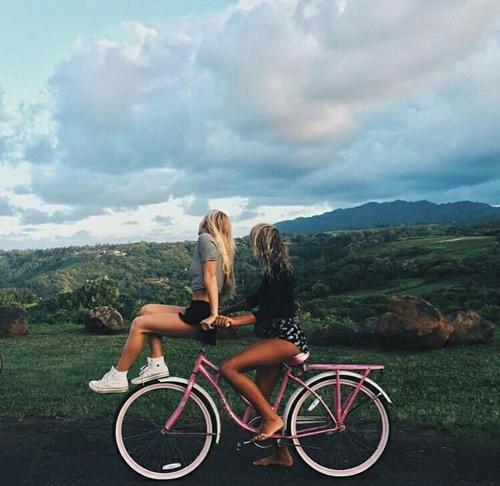 Chicas en una bicicleta.