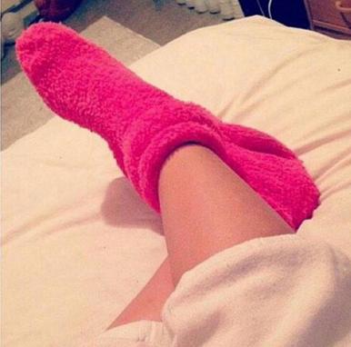 Chica usando calcetas peludas.